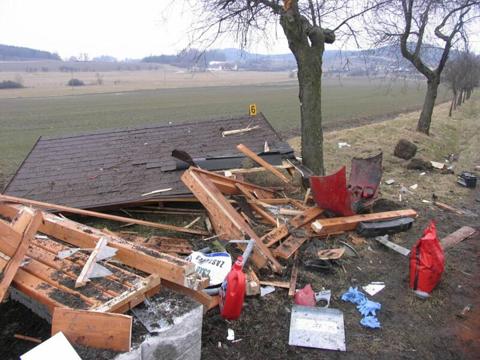 Auto proletělo autobusovou zastávkou… Alkohol v Drslavicích